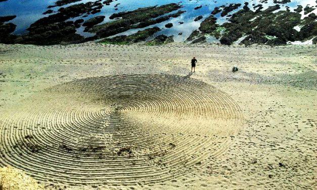 Des cercles mystérieux dans le sable et dans la neige